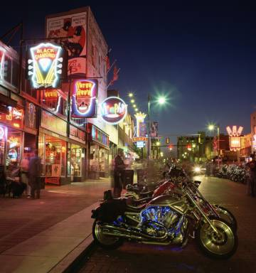 Ambiente nocturno en Beale Street, Memphis (Tennessee).