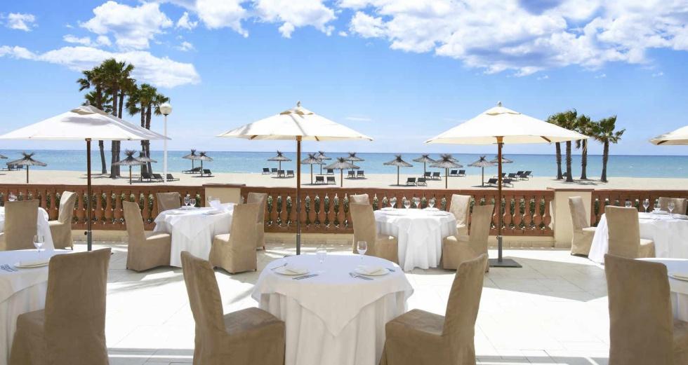 Terraza con vistas al Mediterráneo del balneario Le Meridien Ra Beach, en El Vendrell (Tarragona).