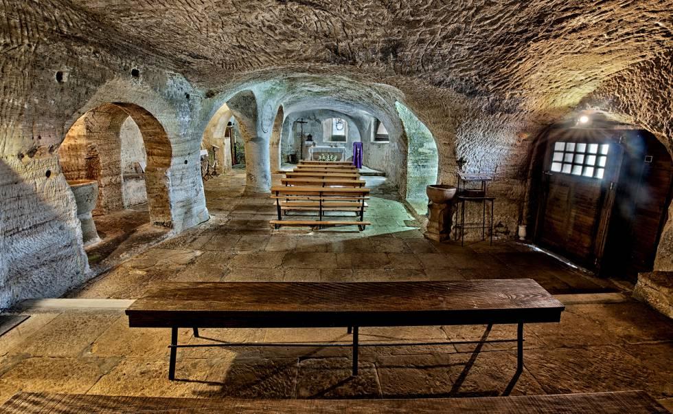 Interior de la iglesia rupestre de Santa María de Valverde.