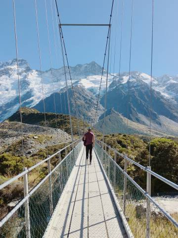 Cruzando una pasarela durante un excursión en las cercanías del monte Cook, en la isla Sur de Nueva Zelanda.