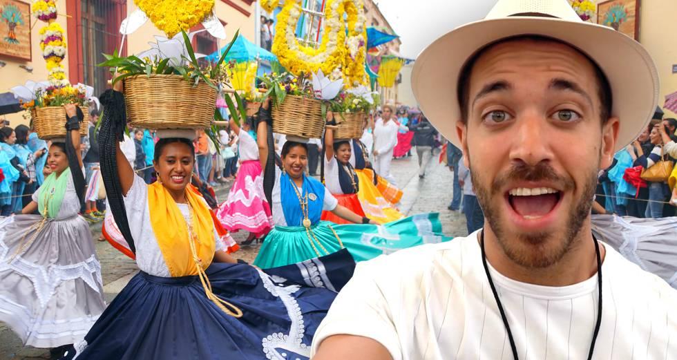 Enrique Álex durante el festival Guelaguetza, en Oaxaca (México).