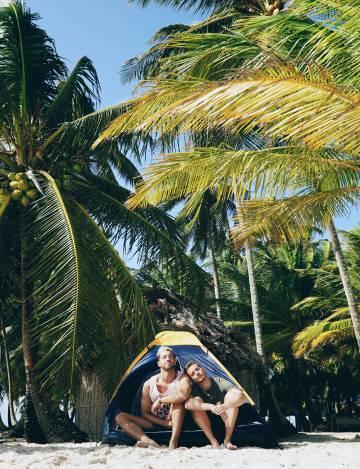 Enrique Álex junto a su pareja en una playa de la región insular de Guna Yala, al norte de Panamá.