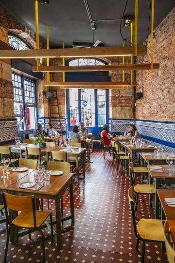 Interior del restaurante El Perro Chico, en Bilbao.