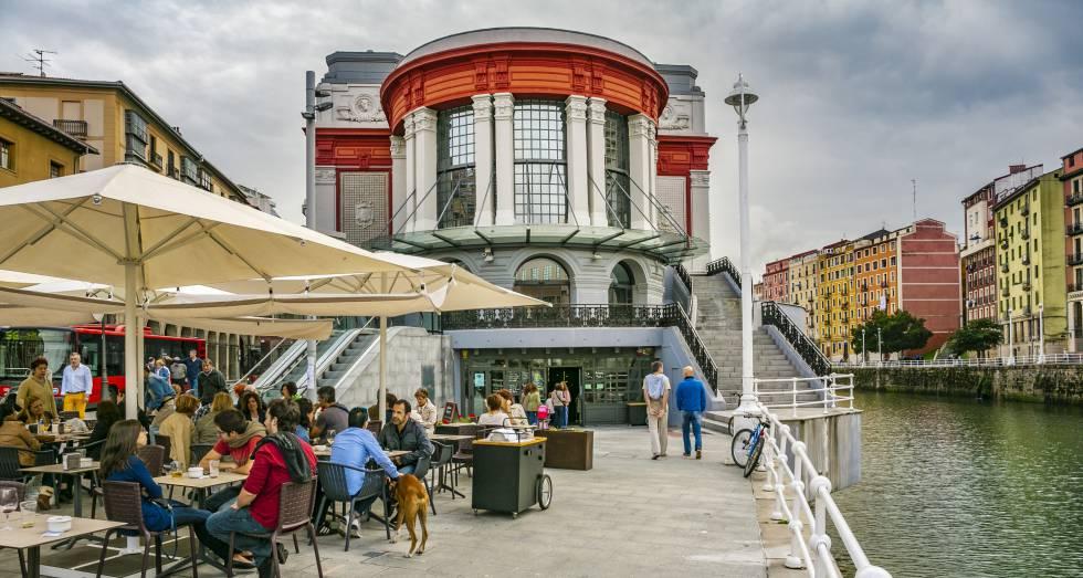 El mercado de la Ribera, a orillas de la ría del Nervión, en Bilbao.