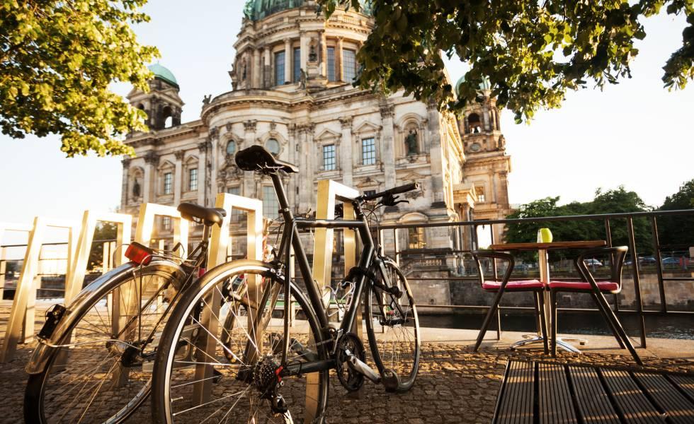 Dos bicicletas ante el Dom (la catedral) de Berlín, en la Isla de los Museos.