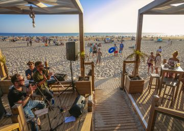 Vida de 'beach club' en La Barrosa