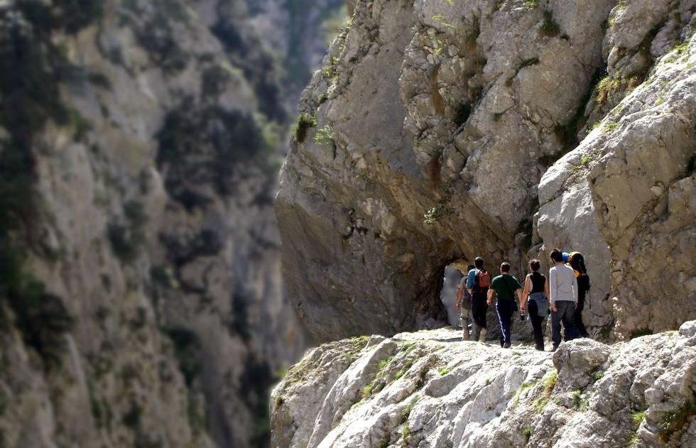 Senderistas en la ruta de la garganta del Cares, entre Caín (León) y Poncebos (Asturias), en el parque nacional de los Picos de Europa.