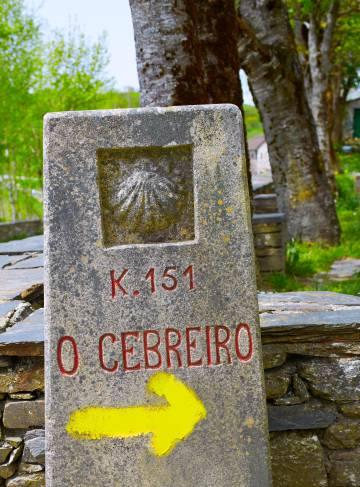 Seta indicando o Caminho de Santiago em O Cebreiro (Lugo).