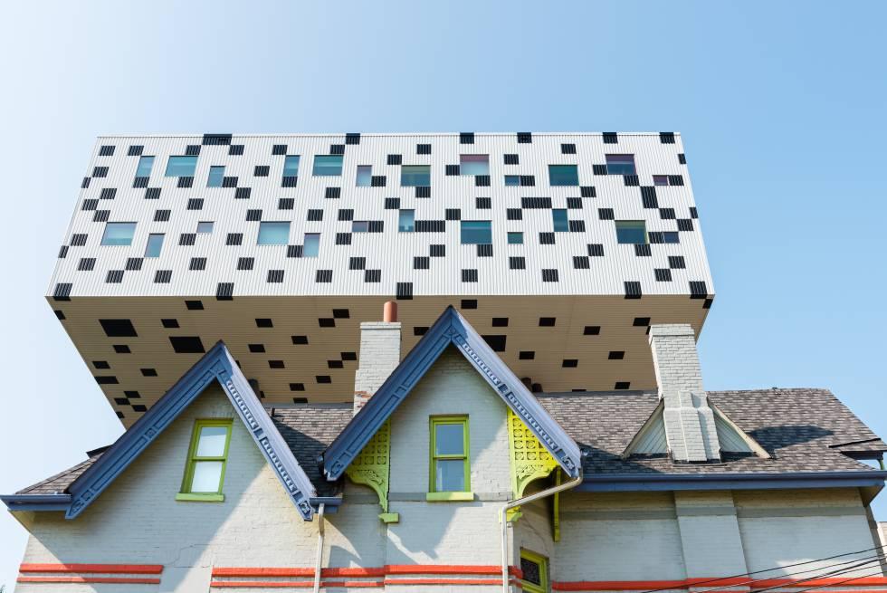 Proyectado por el arquitecto británico Will Alsop (1947-2018), el College of Art and Design de Toronto, de 2004, se eleva sobre pilares de colores.