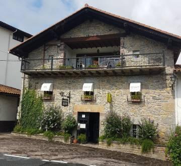 Fachada del restaurante Donamariako Benta (Navarra).