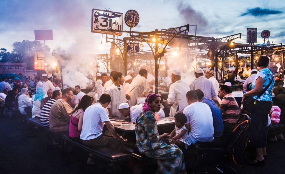Uno de los puestos de comida de la plaza Jemaa el Fna, en Marraquech.