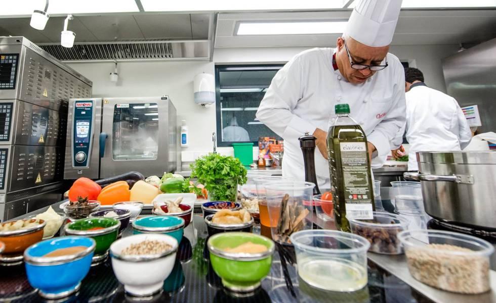 El chef marroquí Moha Feda en la cocina del restaurante Dar Moha, en Marraquech.