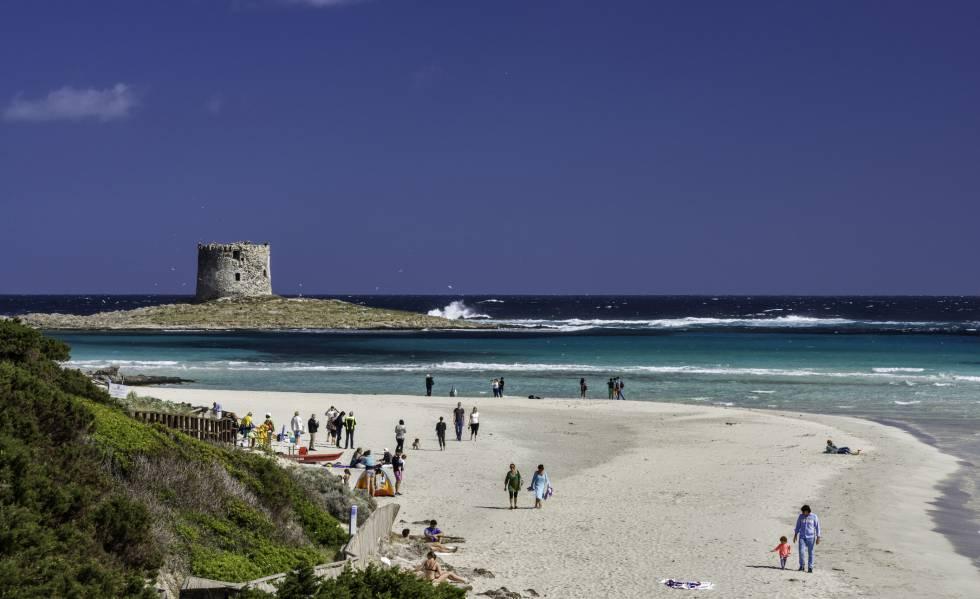La spiaggia della Spiaggia della Pelosa, in Sardegna, con la Torre della Pelosa (del XVI secolo) sullo sfondo.