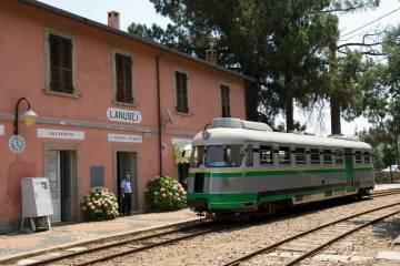 Il Trenino Verde alla stazione di Lanusei, in Sardegna.