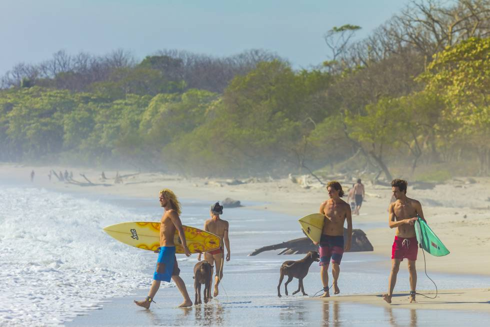 Surferos en la península de Nicoya, en Costa Rica.