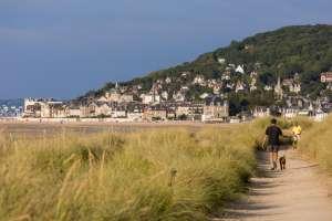Un paseo junto a la costa en Carbourg.