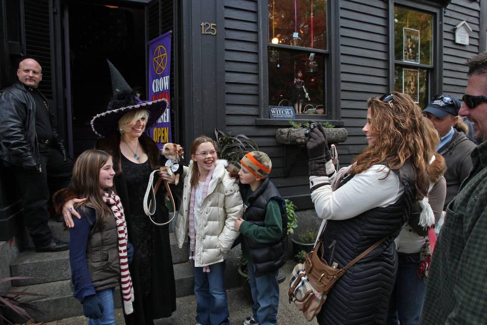 Unos visitantes se fotografían frente a la tienda Crow Haven Corner, en Salem (Massachusetts, Estados Unidos).