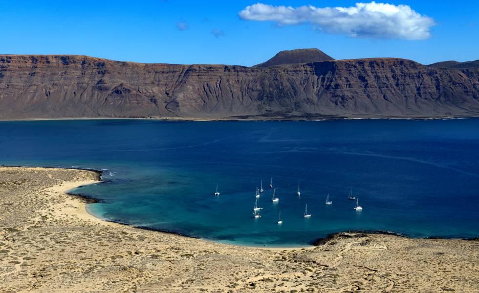 La playa de La Francesa, en La Graciosa (al fondo, Lanzarote), en Canarias.