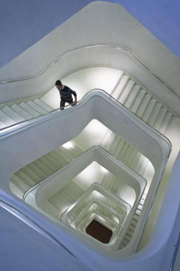 Escaleras en CaixaForum, museo proyectado por el estudio suizo Herzog & de Meuron, en Madrid.