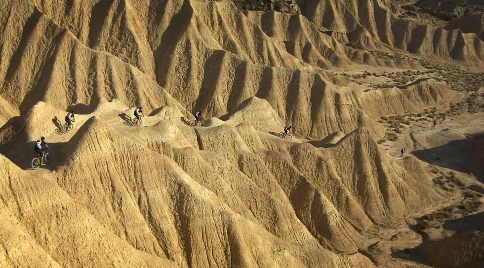 Ciclistas en el desierto de las Bardenas Reales, en Navara.