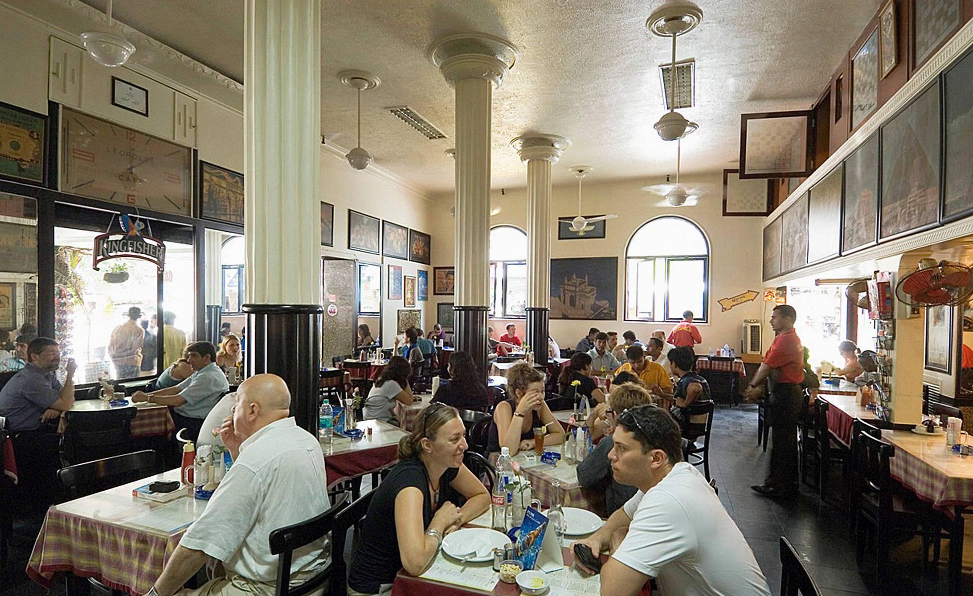 Abierto en 1871, el Leopold Cafe, en el barrio de Colaba, es un clásico para desayunar en Bombay.