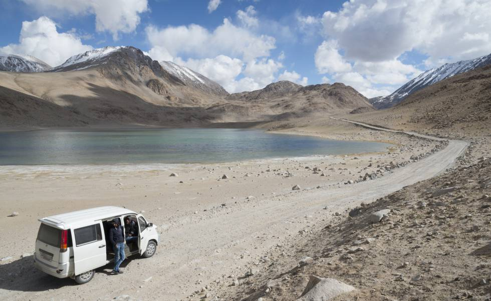 Carretera ante el lago de Chokor-Kul, en el región del Pamir (Tayikistán).