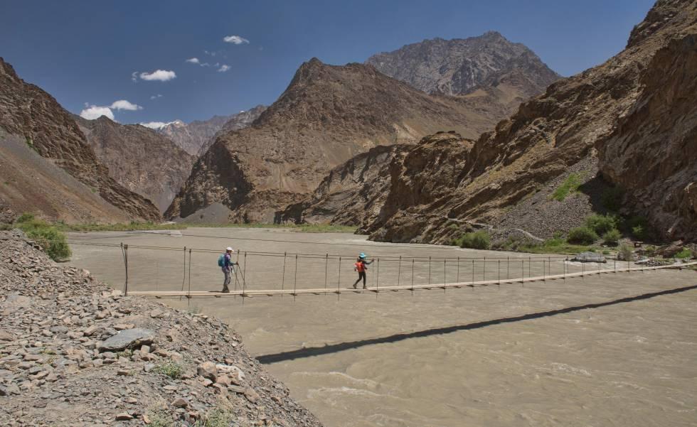 Puente suspendido en el valle de Jizeu, en Tayikistán.