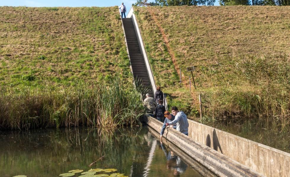 Puente que cruza el foso del fuerte de Roovere, en Halsteren (Países Bajos).