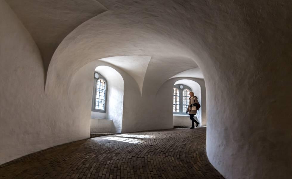 Pasillo interior del observatorio de Rundetarn, en Copenhague.