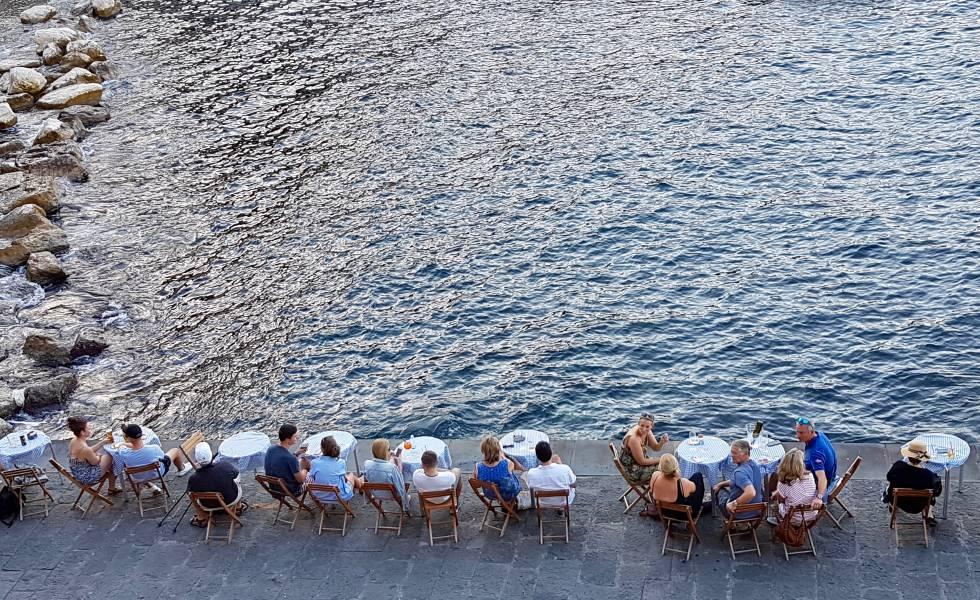 Una terraza frente al mar en la ciudad de Sorrento, en el golfo de Nápoles (Italia).