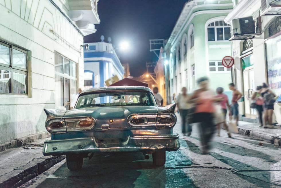 Un coche clásico estadounidense (un Ford Fairlane de 1958) en una céntrica calle de Santiago de Cuba, la gran ciudad del oriente de la isla.