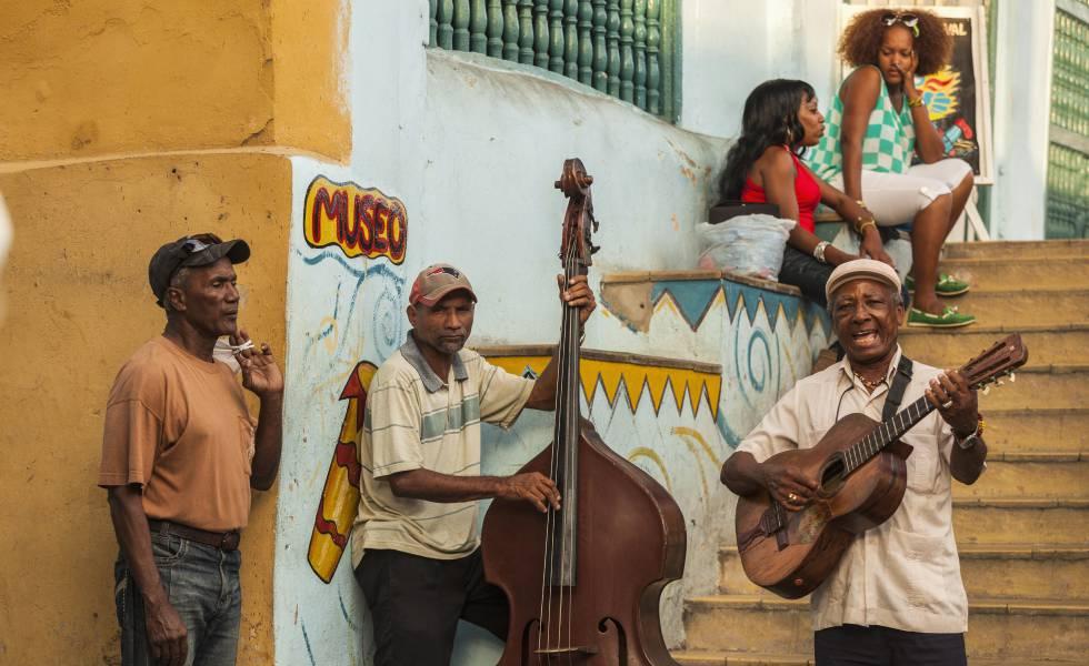 Músicos frente al Museo El Carnaval de Santiago de Cuba.