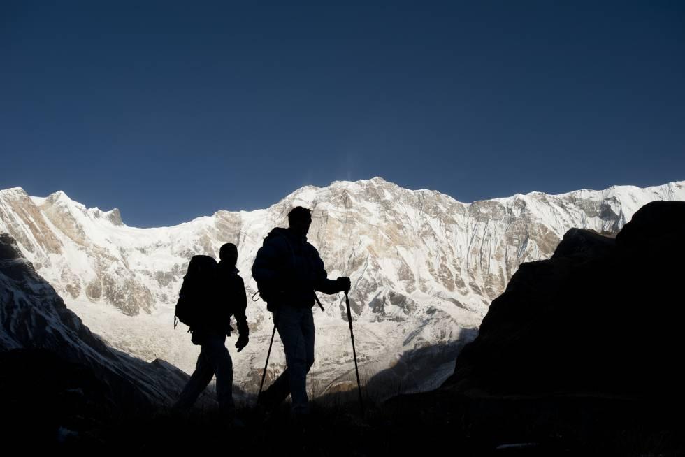 Dos senderistas recorren el Santuario del Annapurna, en la cordillera del Himalaya (Nepal).