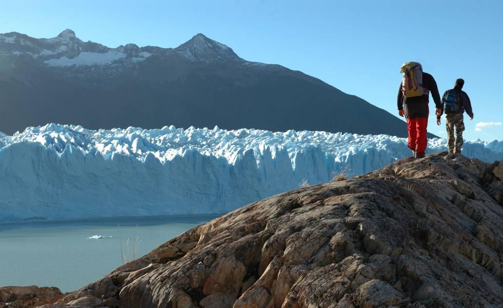 Senderistas en el parque nacional Los Glaciares (Patagonia Argentina).