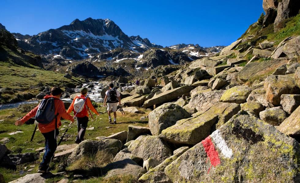 Tramo de la ruta Transpirenaica que discurre por el circo de Colomers, en el valle de Arán (Pirineo catalán).