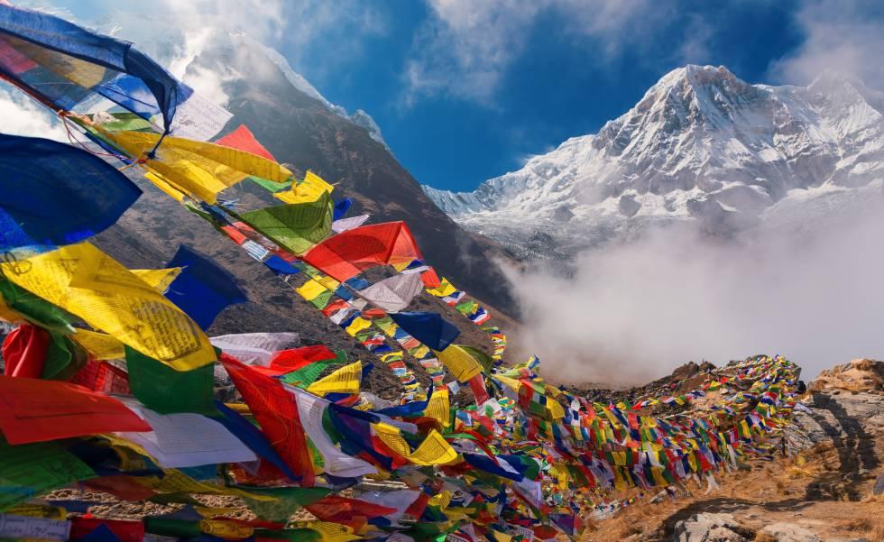 Banderas de oración en el campo base del Annapurna (8.091 metros), en el Himalaya de Nepal.