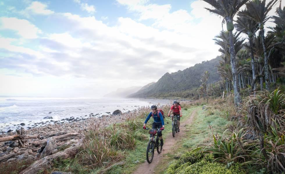 Ciclistas en una sección costera del Heaphy Track, en la Isla Sur de nueva Zelanda.