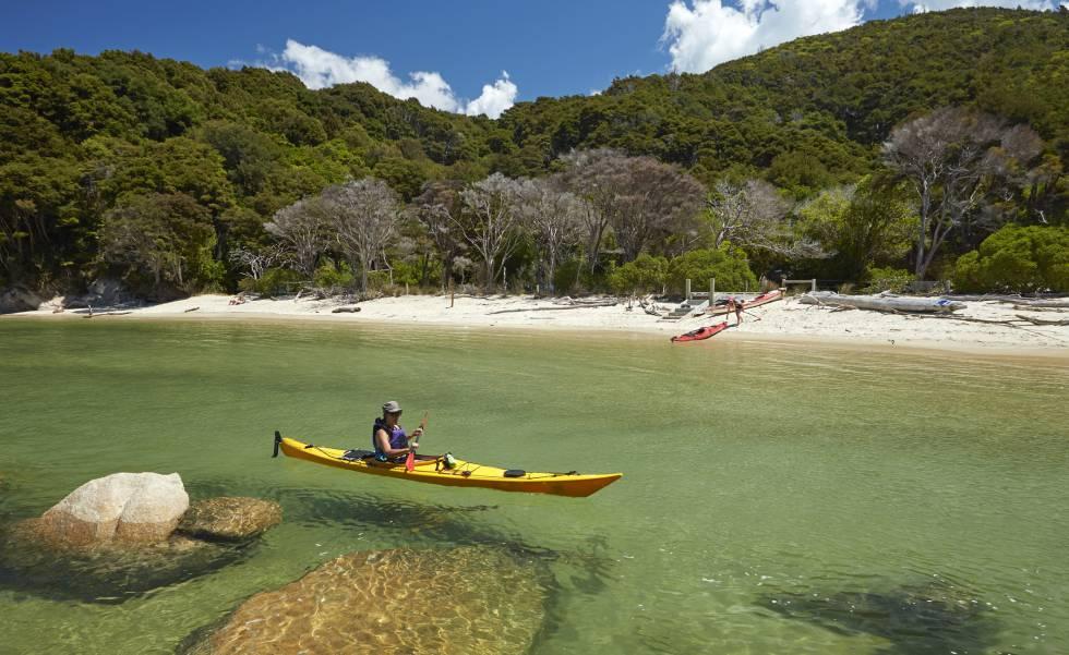 Ruta en kayak en el parque nacional Abel Tasman, en la Isla Sur de Nueva Zelanda.