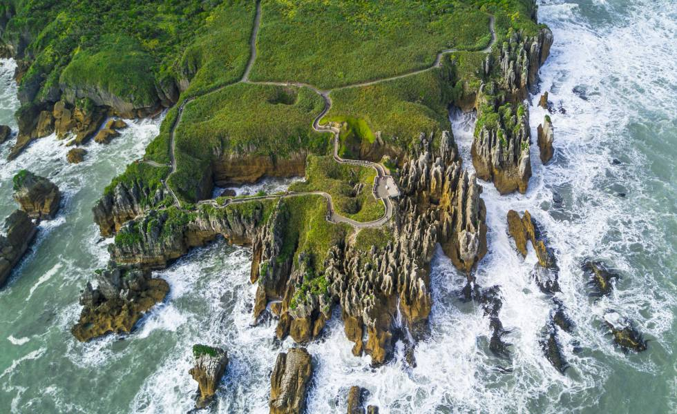 Vista aérea de las famosas Pancake Rocks, en la costa de Punakiki (Nueva Zelanda).