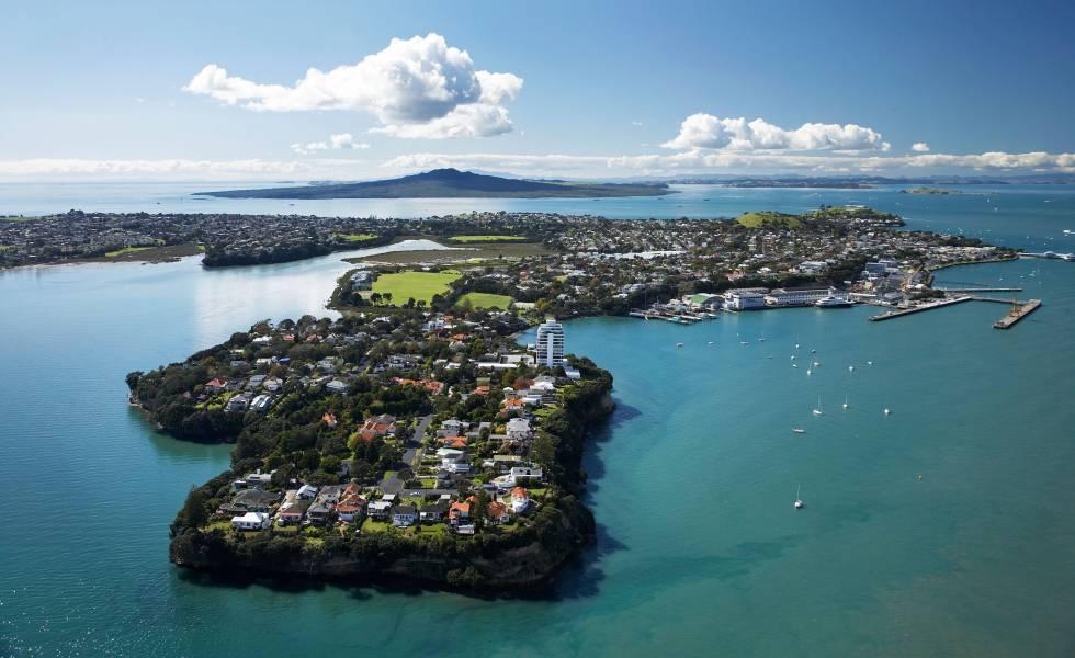 Vista aérea de Stanley Point, al norte de Auckland. Al fondo, la isla de Rangitoto (Nueva Zelanda).