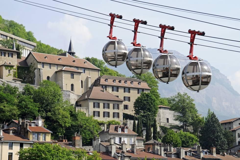 El teleférico de la Bastille, abierto en 1934, sube hasta la fortaleza homónima, desde la que se abre una gran panorámica de la ciudad de Grenoble.