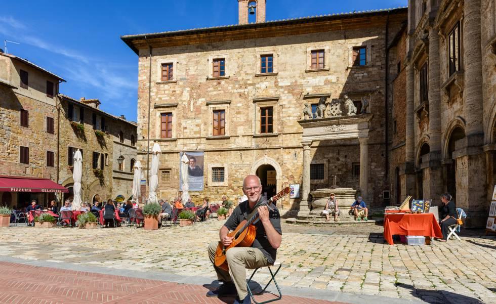 Un guitarrista en la 'piazza' Grande de Montepulciano, en la Toscana.