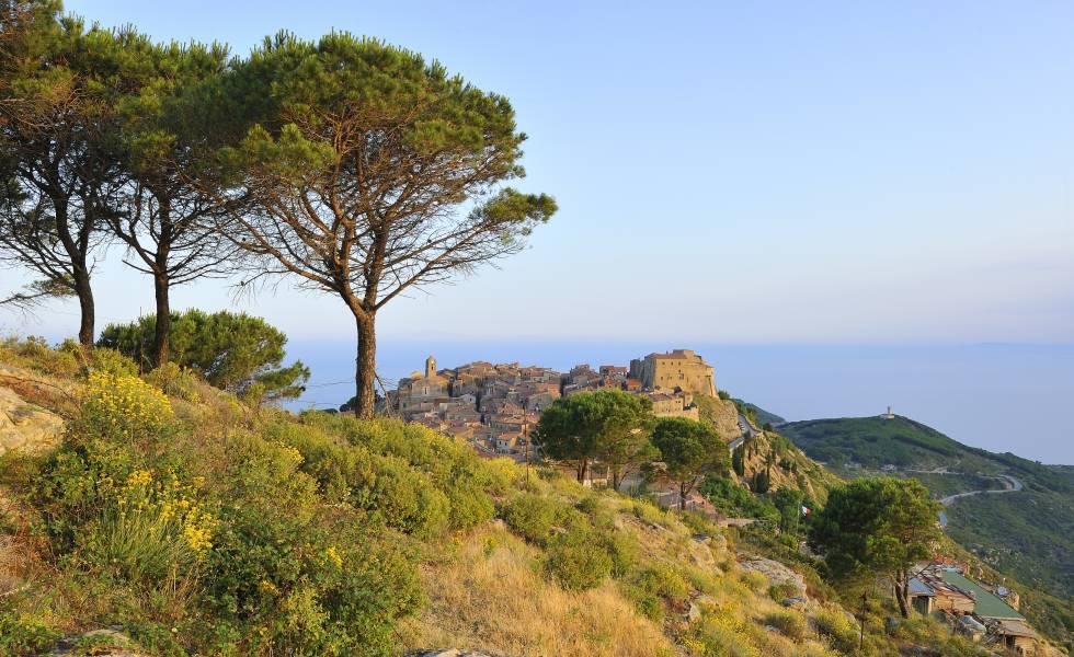 Paisaje de la isla de Giglio, frente a la costa de la Toscana. Al fondo, Giglio Castello.