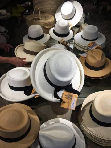 Algunos de los sombreros de Hats and C.A.T.S., en Oporto (Portugal).