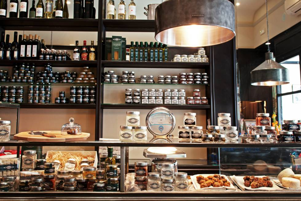 Interior de la tienda especializada en trufa Procacci, en Florencia (Italia).