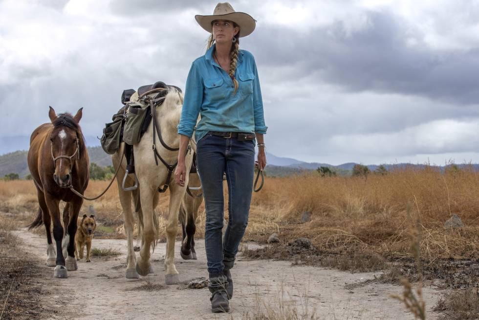 Alienor Le Gouvello con los tres caballos que la acompañaron en el Camino Nacional del Bicentenario, que cruza Australia a lo largo de 5.330 kilómetros.