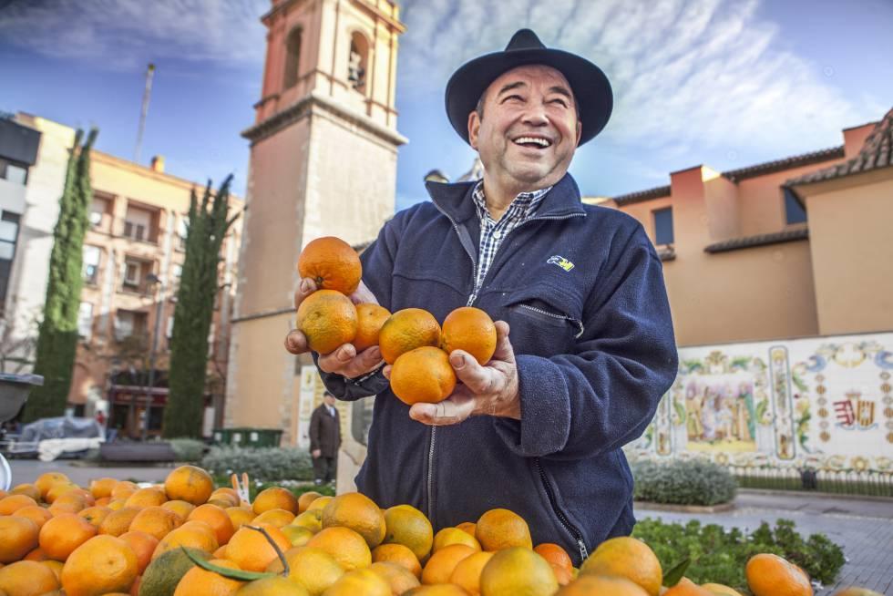 En la plaza de Fadrell se celebra los domingos por la mañana el Mercado de la Naranja, donde los agricultores venden montañas de ellas, recogidas la víspera.