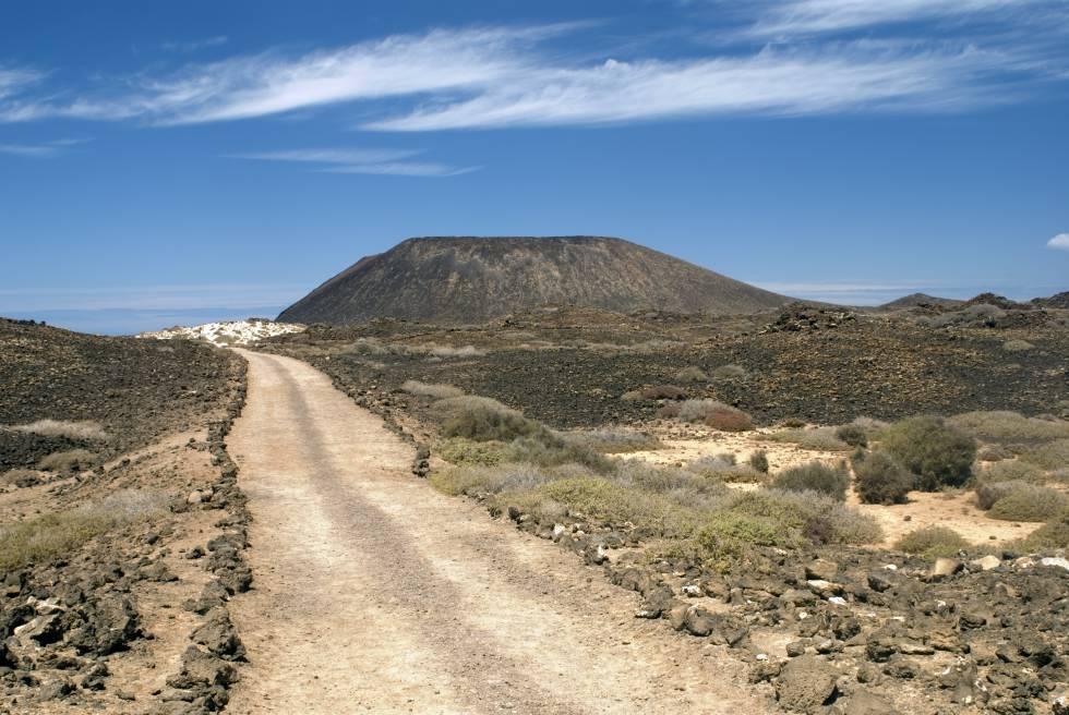 Sendero del volcán La Caldera, en el islote de Lobos (Fuerteventura).