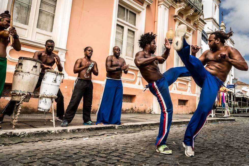 Música y capoeira en una de las calles del Pelourinho, el centro histórico de Salvador de Bahía (Brasil).