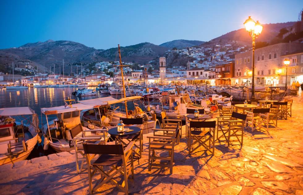 El puerto de la ciudad de Hidra, una de las islas del Golfo Sarónico a media hora en ferri de Atenas (Grecia).